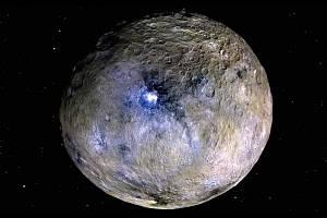 Trpasličí planeta Ceres, zobrazená v umělých barvách, které zvýrazňují rozdíly v materiálech jejího povrchu