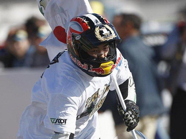 Posledním šampionem třídy do 250 ccm se stal Japonec Hiroši Aojama.