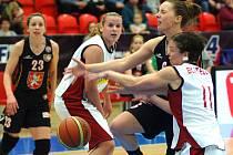 Basketbalistky Nymburka (v bílém) a Hradce Králové.