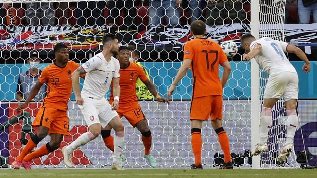 Tomáš Holeš (vpravo) střílí gól do sítě Nizozemska