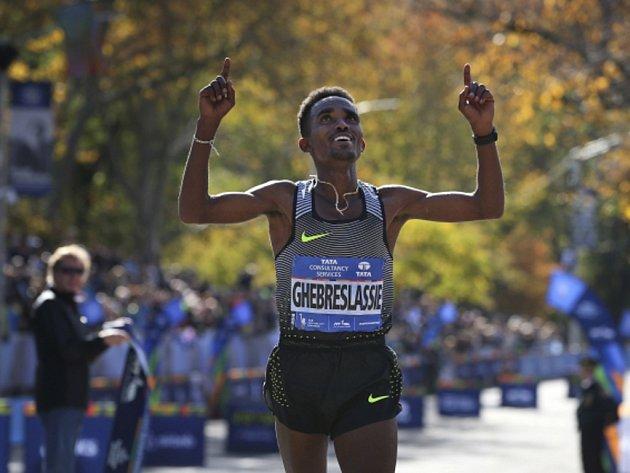 Ghirmay Ghebreslassie se raduje z vítězství na Newyorském maratonu.