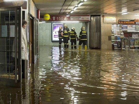 Provoz metra A mezi stanicemi Dejvická a Náměstí Míru byl 12. prosince dopoledne přerušen. Do stanice Dejvická teče voda z poškozeného potrubí a je uzavřena.