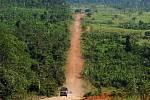 Transamazonská dálnice  v deštném pralese v brazilské Amazonii