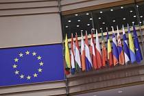 Vlajka EU a vlajky členských zemí v evropském parlamentu v Bruselu