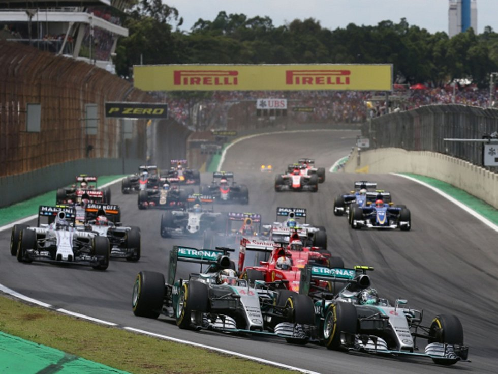Nico Rosberg (vpravo) v čele Velké ceny Brazílie.