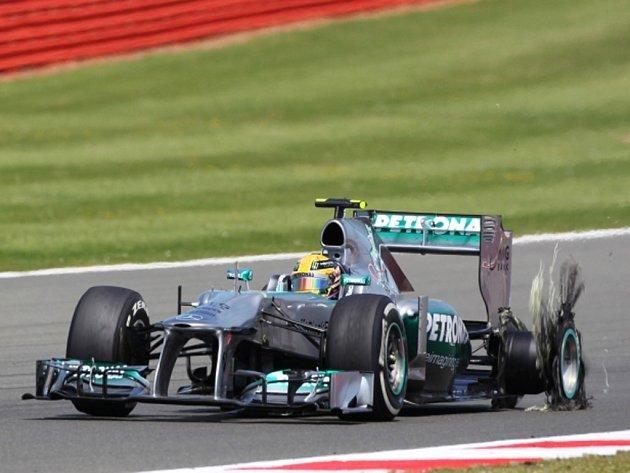 Lewisi Hamiltonovi praskla ve Velké ceně Velké Británie pneumatika.