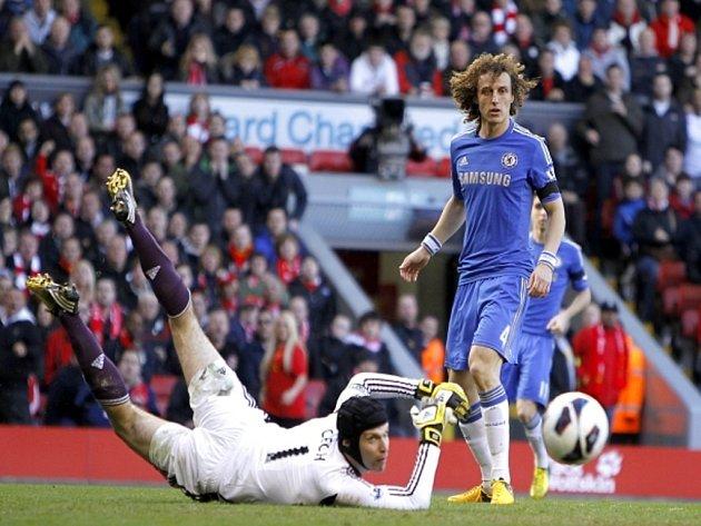 Brankář Chelsea Petr Čech (vlevo) zasahuje ve spolupráci s Davidem Luizem proti tvrdé střele.
