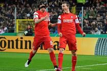 Vladimír Darida z Freiburgu (vpravo) se raduje z gólu proti Kolínu nad Rýnem.
