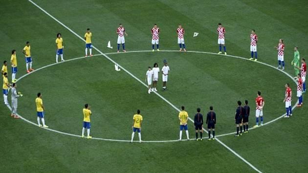 Fotbalisté Brazílie (vlevo) a Chorvatska před úvodním zápasem MS.