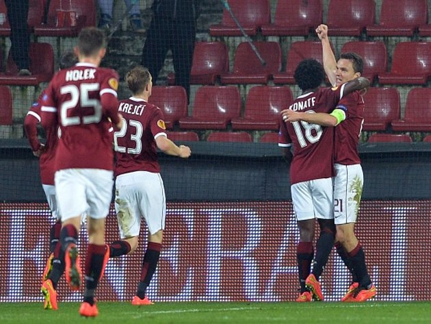Fotbalisté Sparty se radují z gólu proti Slovanu Bratislava.