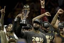 LeBron James (s trofejí) dovedl Cleveland k titulu v NBA.