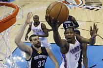 Kevin Durant z Oklahomy (vpravo) se prosazuje proti Memphisu.