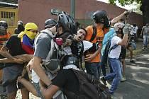 Protivládní demonstranti v Caracasu