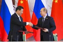 Vladimír Putin se svým čínským protějškem Si Ťin-pchingem.