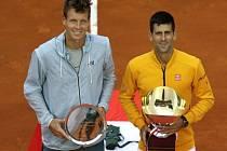 Tomáš Berdych (vlevo) nestačil ve finále v Monte Carlu na Novaka Djokoviče.