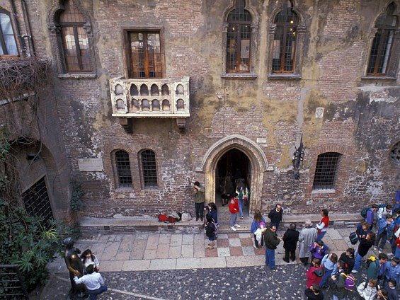 Balkon, na němž mohla Shakespearova slavná hrdinka Julie čekat na svého Romea, patří k největším atrakcím Verony.