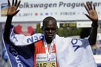 Vítězný Keňan Benson Kipchumba Barus v cíli Pražského maratonu.