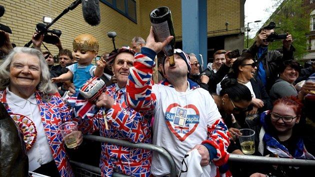 Londýňané slaví narození třetího dítěte Williama a Kate