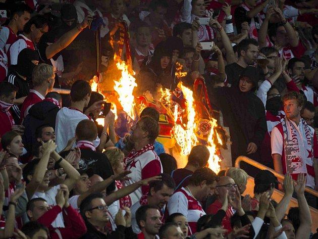 Fanoušci Slavie při derby pálili sparťanské šály.