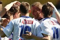 Fotbalisté Ústí se radují z gólu.