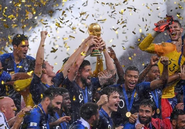 Francouzi se radují z vítězství na mistrovství světa.