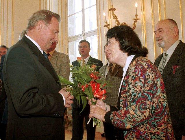 Historička a spisovatelka Zora Dvořáková. Vlevo Rudolf Schuster