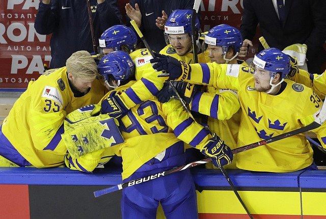 Švédští hokejisté se radují z gólu Miky Zibanejada ve finále MS.