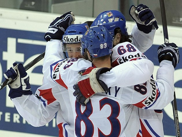 Petr Čajánek (vlevo) a Aleš Hemský (uprostřed) gratulují Jaromíru Jágrovi k úvodnímu gólu proti Slovensku.