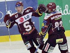 Hokejisté Sparty Petr Ton (vlevo) a Petr Macholda se radují z gólu proti Brnu.