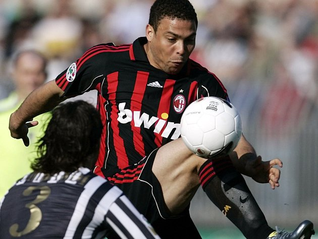 Ronaldo z AC Milán se snaží obehrát Stefana Lombardiho z Ascoli.