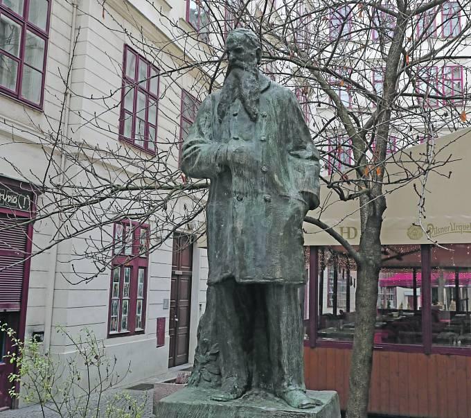 Socha Josefa Hlávka.