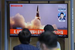 Lidé v jihokorejském Soulu sledují start balistické rakety KLDR