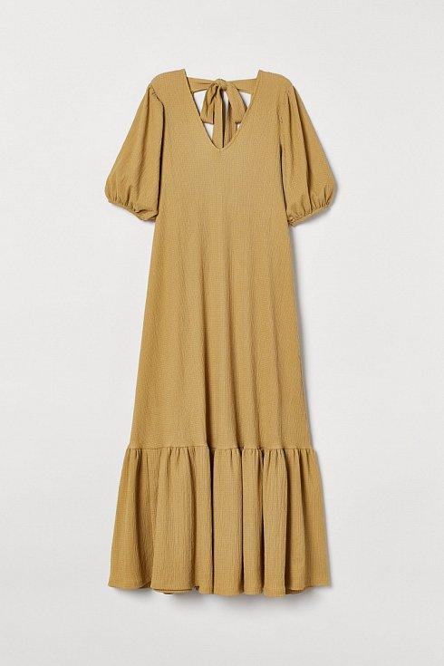 K šatům v hořčicovém odstínu s balonovými rukávy volte boty v podobném odstínu. H&M.