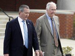 Obžaloba dává Hubbardovi (vlevo) za vinu, že zneužíval své postavení a pravomoci k osobnímu prospěchu nejen jako předseda alabamské Sněmovny reprezentantů, ale i jako bývalý šéf alabamského zastoupení Republikánské strany.