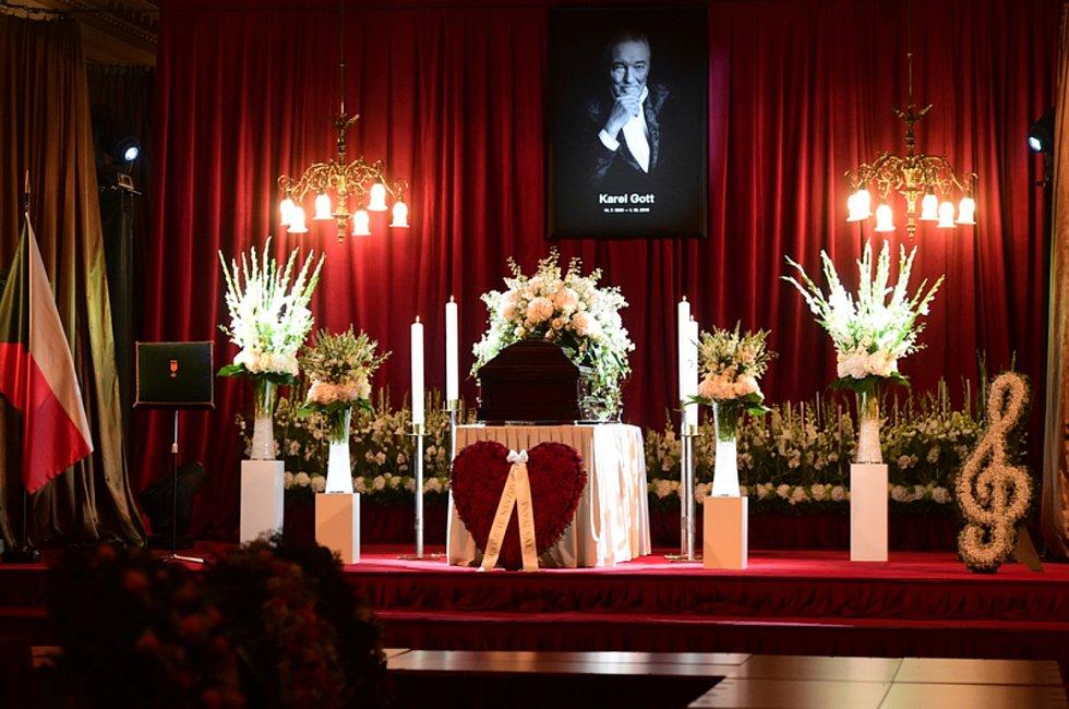 Rakev s ostatky Karla Gotta na Žofíně, kam se s ním 11. října přicházejí rozloučit tisíce lidí.