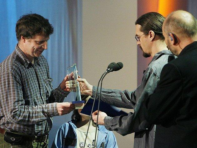 Petr Nikl přebírá letošní cenu Magnesia Litera