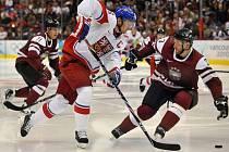 Patrik Eliáš se v utkání s Lotyšskem snaží obejít Rekise.