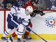 Auston Matthews (Toronto Maple Leafs) a Michael Frolík (Calgary Flames).