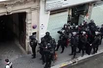 Útočník v Paříži drží rukojmí.