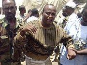 Příslušníci francouzských speciálních jednotek zajímají somálské piráty, kteří unesli jachtu Ponant.