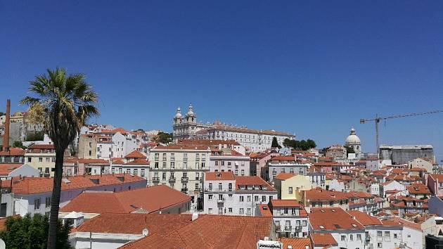 Pohled na nejstarší čtvrť Lisabonu z Miradouros das Portas do Sol