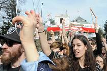 Tisíce lidí, převážně žen, dnes demonstrovalo ve Varšavě před sídlem parlamentu proti návrhu zákona o dalším zpřísnění zákazu potratů.