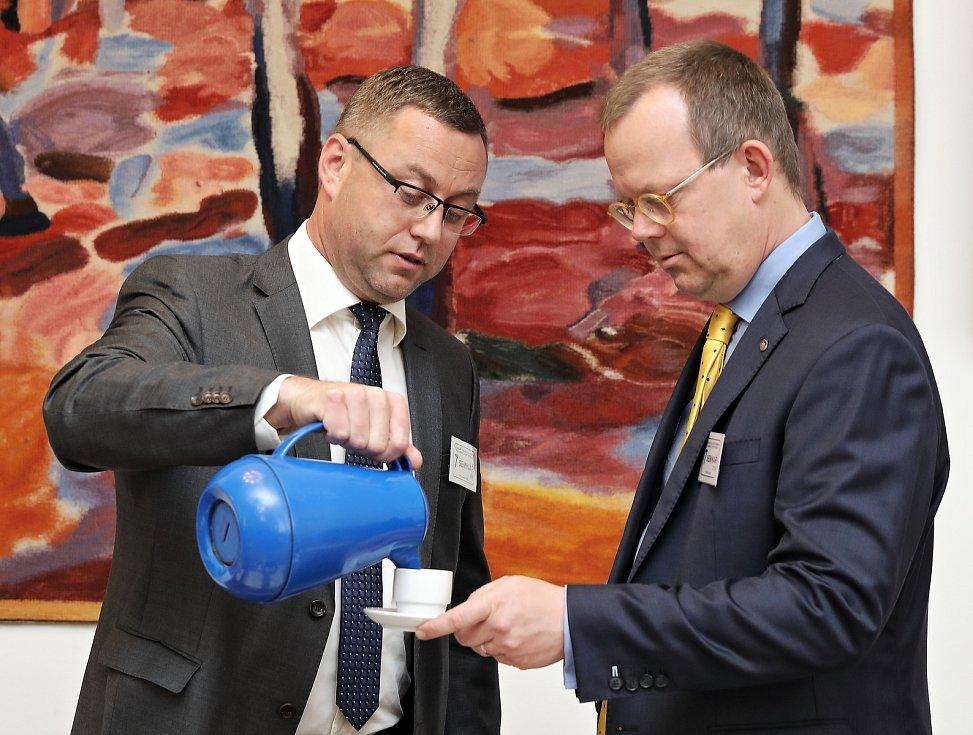 Kulatý stůl - Záruka nezávislosti státního zastupitelstva v Konírně Poslanecké sněmovny. Pavel Zeman (vlevo).
