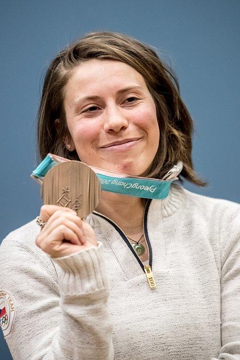 Snowboardistka Eva Samková po příletu z olympijských her v Pchjongčchangu..
