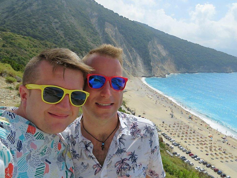 Registrovaný manželský pár Robert Zauer (40 let) a Tomáš Kavalec (38 let) z Teplic, selfíčka z cestování po světě. Nad pláží Myrthos.