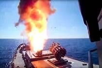 Rsuká fregata Admirál Essen odpálila střely s plochou dráhou letu na bojovníky a techniku Islámského státu východně od syrské Palmýry.