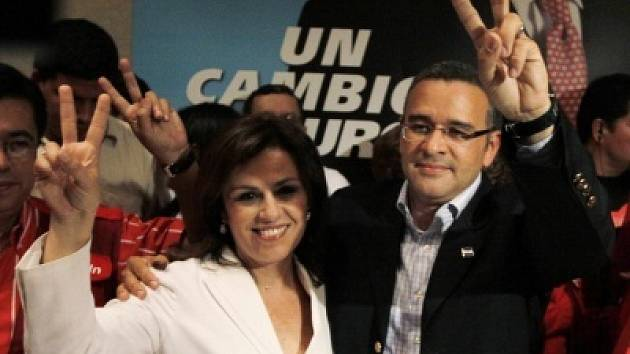 Mauricio Funes s manželkou Vandou Pignatovou.