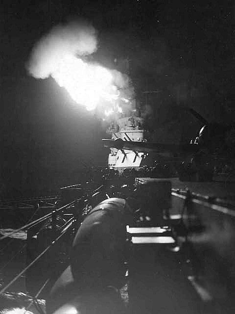 Bitevní loď ostřeluje v noci pobřeží Iwodžimy