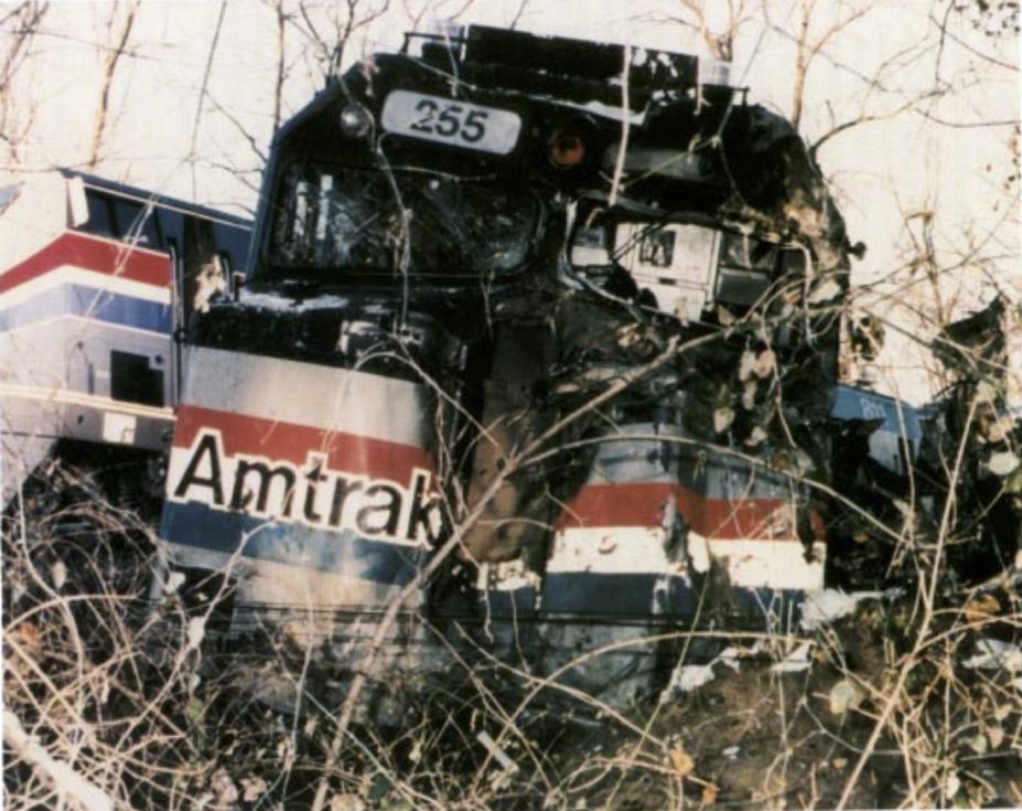 Náraz zdemoloval tři vagony příměstského vlaku a lokomotivu rychlíku