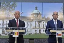 Premiér Bohuslav Sobotka (vpravo) a moldavský předseda vlády Pavel Filip.